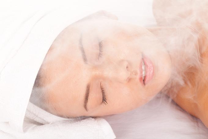 蒸気にあたる女性の顔画像