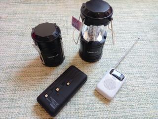 LEDランタンと携帯ラジオ、モバイルバッテリー