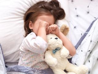 何時に寝かせるのが正解? 幼少期の睡眠不足は「心・体・脳」の成長に悪影響