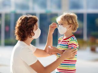 マスク姿の人々