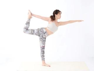 [週替わりヨガ]バランスをとって体幹を鍛える「踊り子のポーズ」
