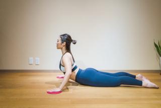 上体を起こしながら、背中と肩甲骨を意識して床に円を描くように回す