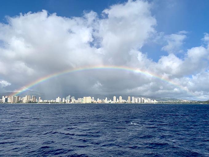 ハワイの海、街の上に大きな虹