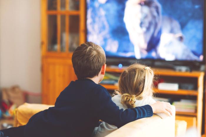 テレビを見ている子どもの後ろ姿