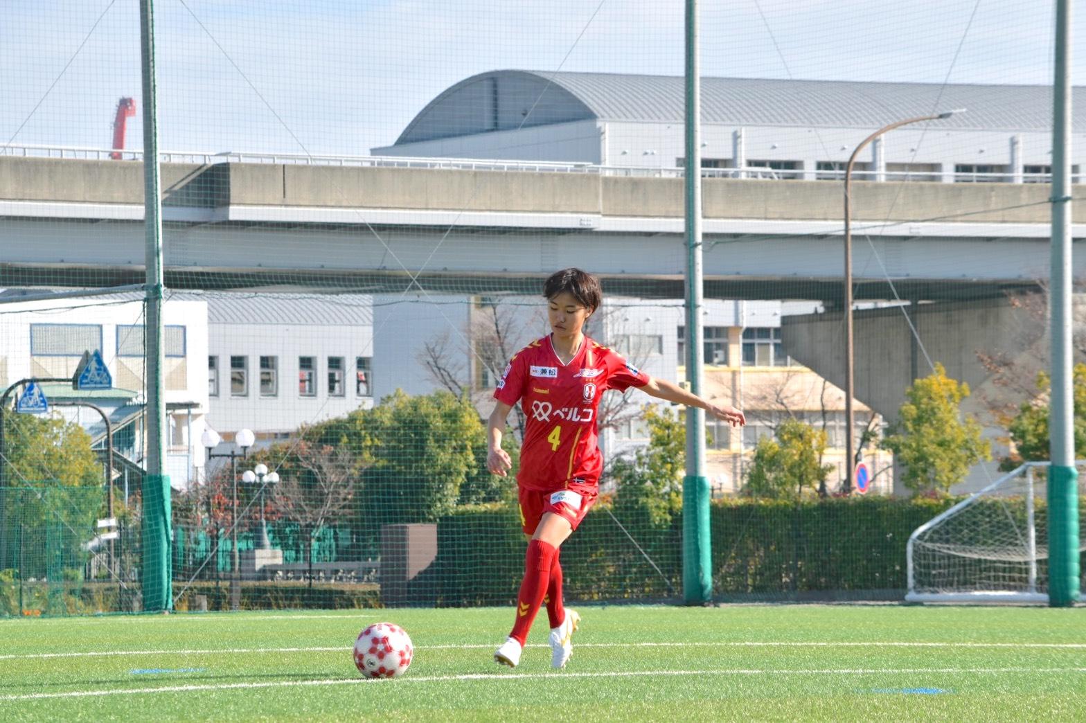 サッカーボールをけっている牛島理子選手