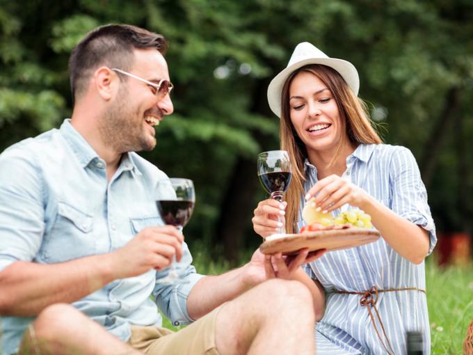 ワインとチーズを堪能する男女