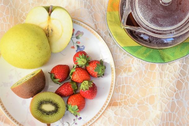 キウイ、いちご、りんごと紅茶のポット