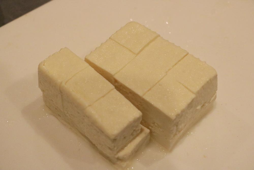 木綿豆腐を角切りにする