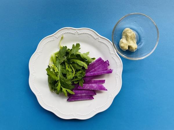 生野菜に添えたディップソース バジル