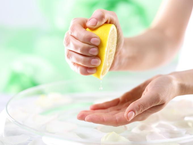 レモンをしぼる様子
