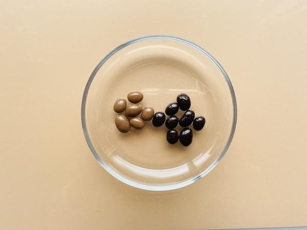 お皿にのせたチョコがけ大豆(右)とコーヒーちょこがけ大豆(左)