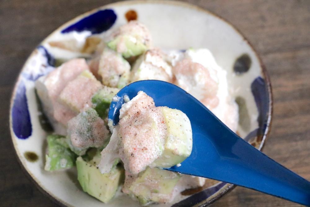 豆腐とアボカドの明太マヨをスプーンですくっている