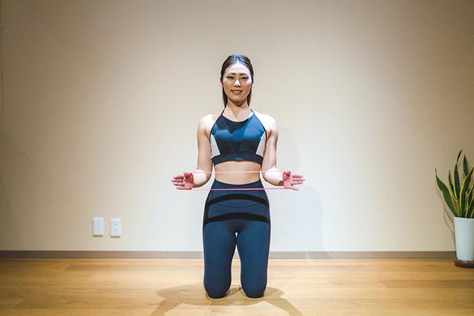 肩甲骨と背中を意識しながら横に開いていく