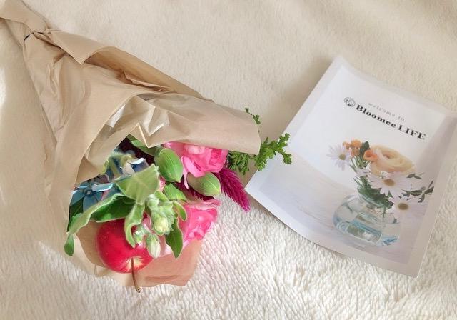箱の中にはお花とリーフレット
