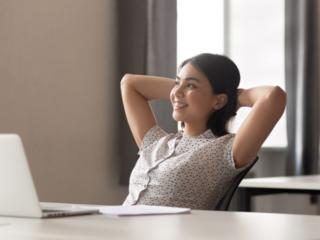仕事中に休憩して笑顔を見せる女性