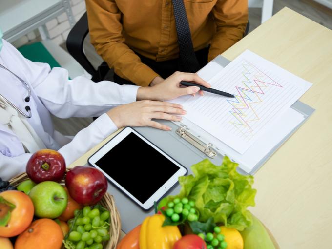 健康指導をする医師