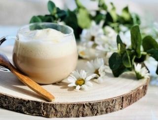 紅茶とハーブで心と体を整えて♡ カモミール香る「ふわふわミルクティーラテ」