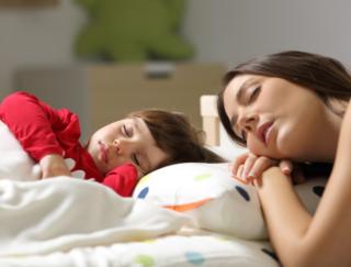 お母さんの睡眠の質が悪化する理由。 海外研究が指摘する睡眠パターンの問題とは?