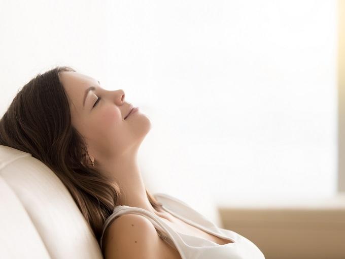 ソファで目を閉じている女性の画像