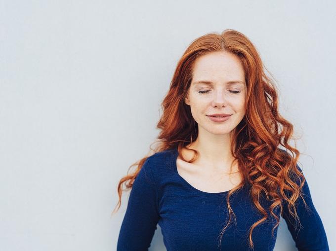 目を閉じている女性の画像