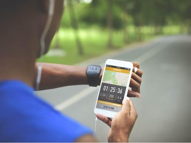 健康アプリを見る人