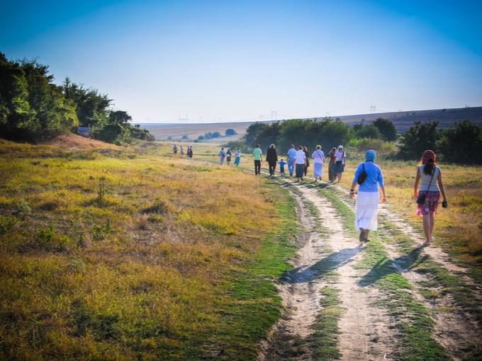 自然のなかを歩く人たち