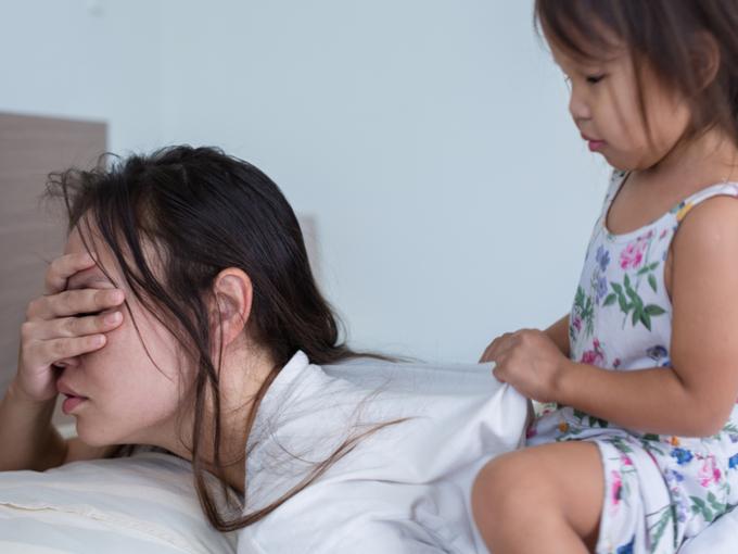 子どもに起こされる母親