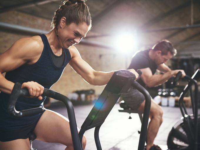 運動中の男女