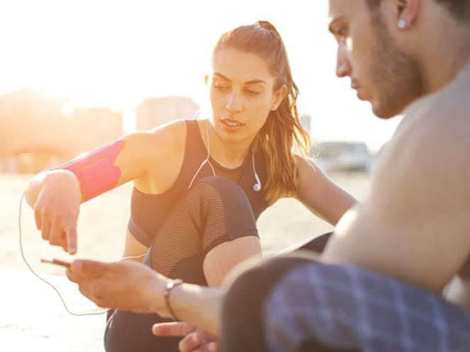 健康アプリを使う男女