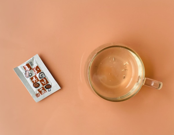 粉末にお湯を注いだ「国産しいたけ茶」