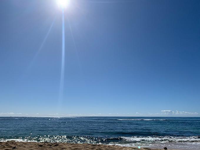 真っ青な空、ハワイの海