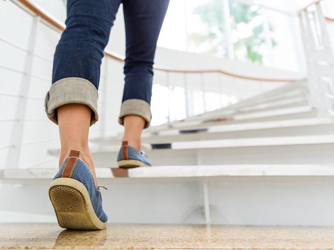 階段を上っている人の画像