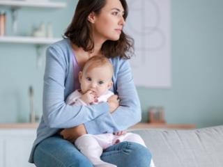 乳児を抱く母親