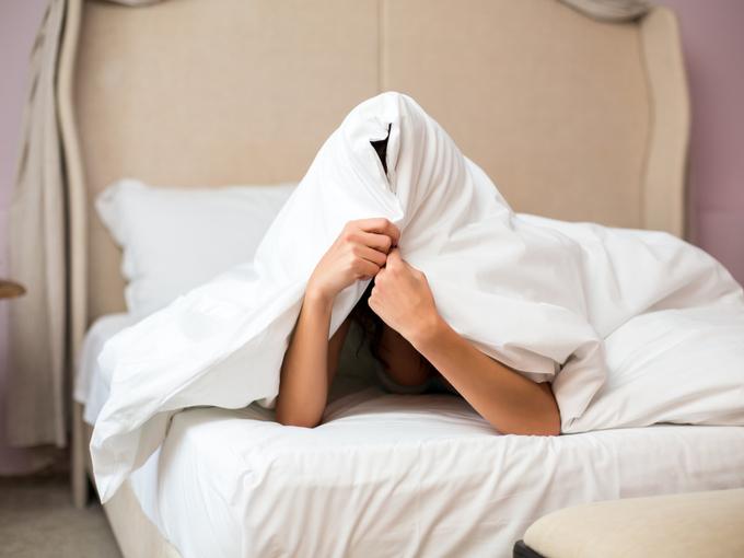布団で顔を覆う人