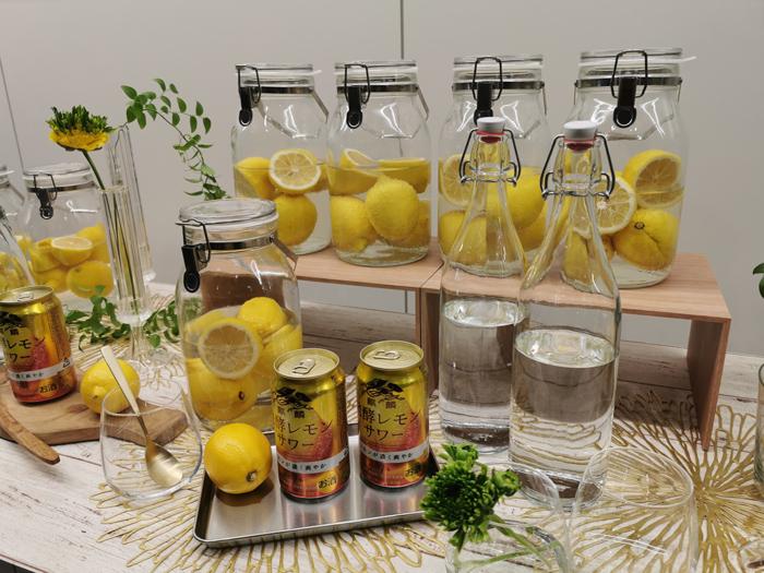 レモンと発酵レモンサワーの写真