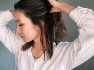 髪をかきあげるヤハラさん