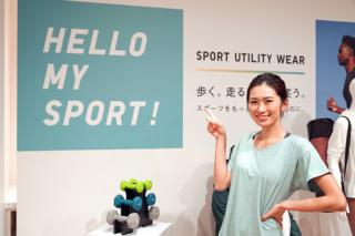 ハローマイスポーツ!ユニクロのメッセージボードの前で笑顔のヤハラさん