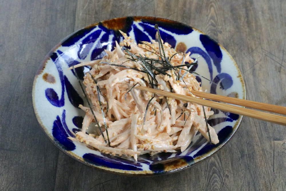 ごぼうの韓国風ごまマヨサラダをはしでつかんでいる