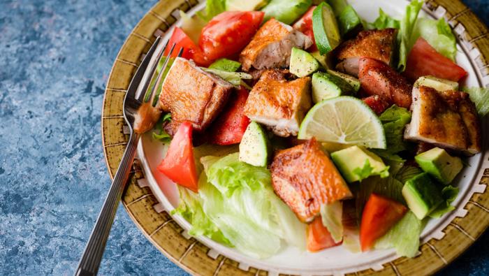 チキンソテーのサラダ仕立てレシピ!香ばしさと食感が野菜に合う
