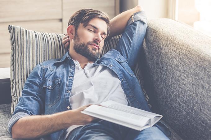 ソファーでうたた寝する男性
