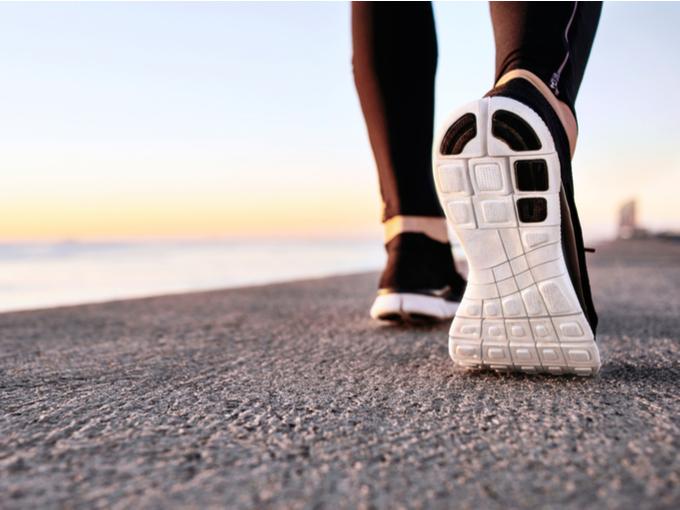 浜辺を歩く人の足元