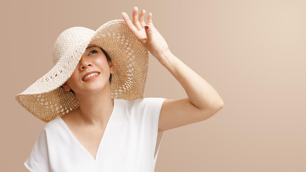白い帽子の女性