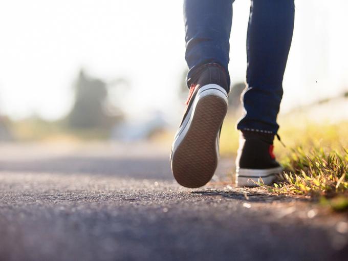 歩く人の足元