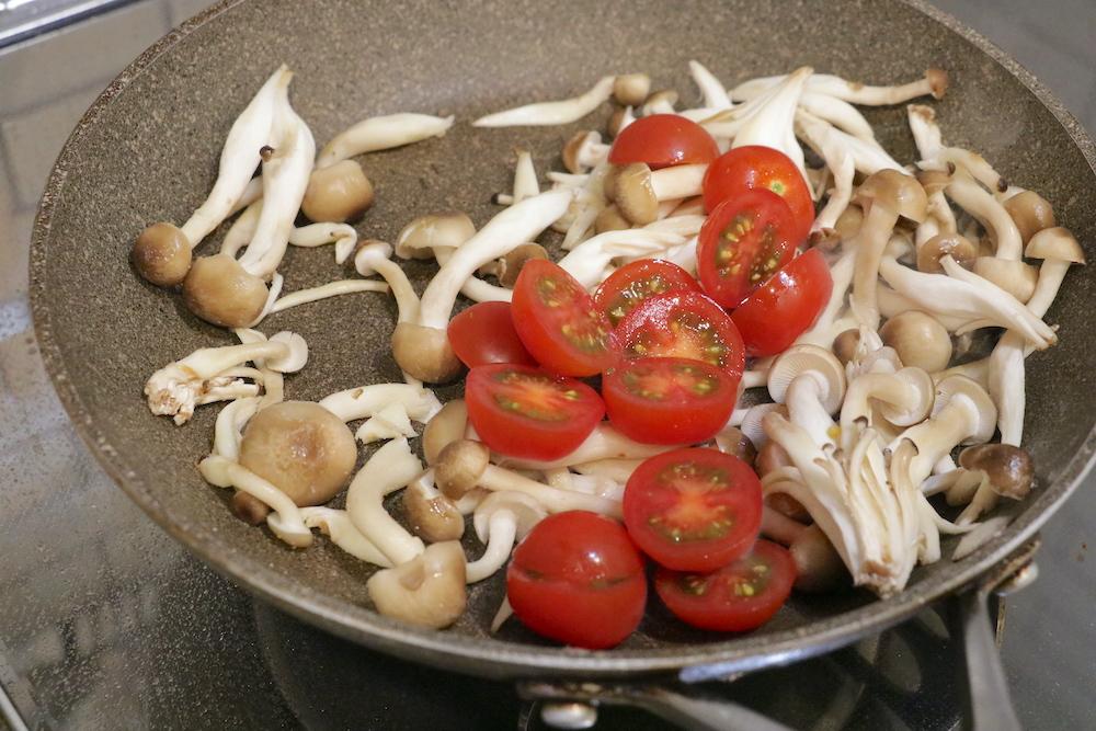 フライパンにしめじ、ミニトマトを入れて炒める