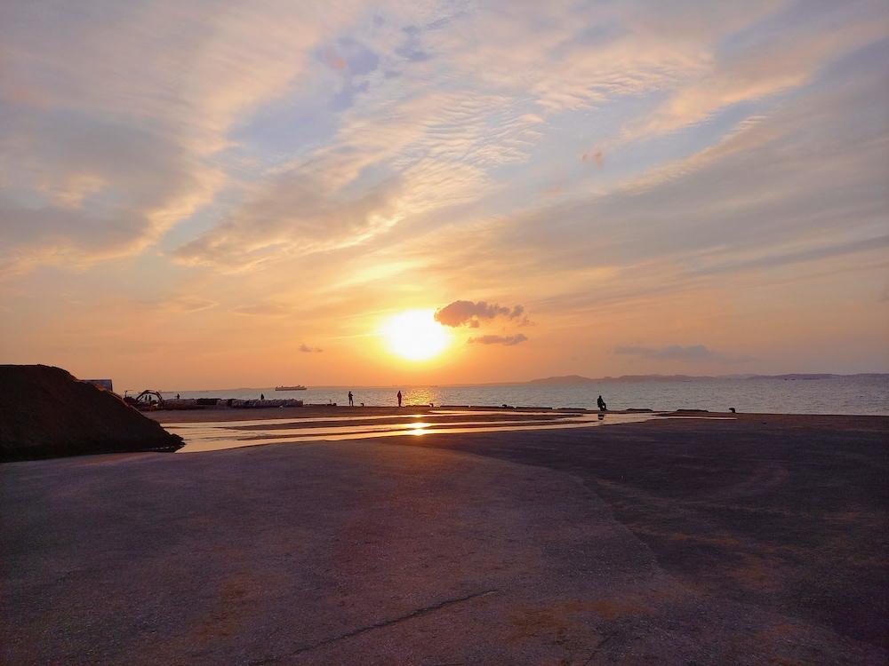 釣り人がいる防堤から見た夕日