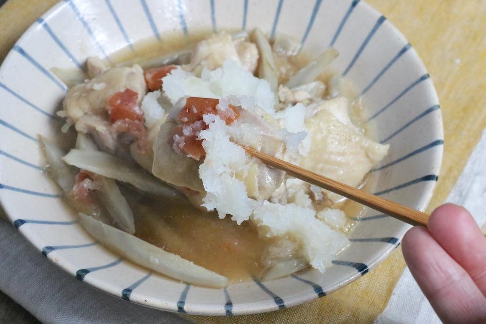 鶏肉とごぼうの梅みぞれ煮を箸でつかんでいる