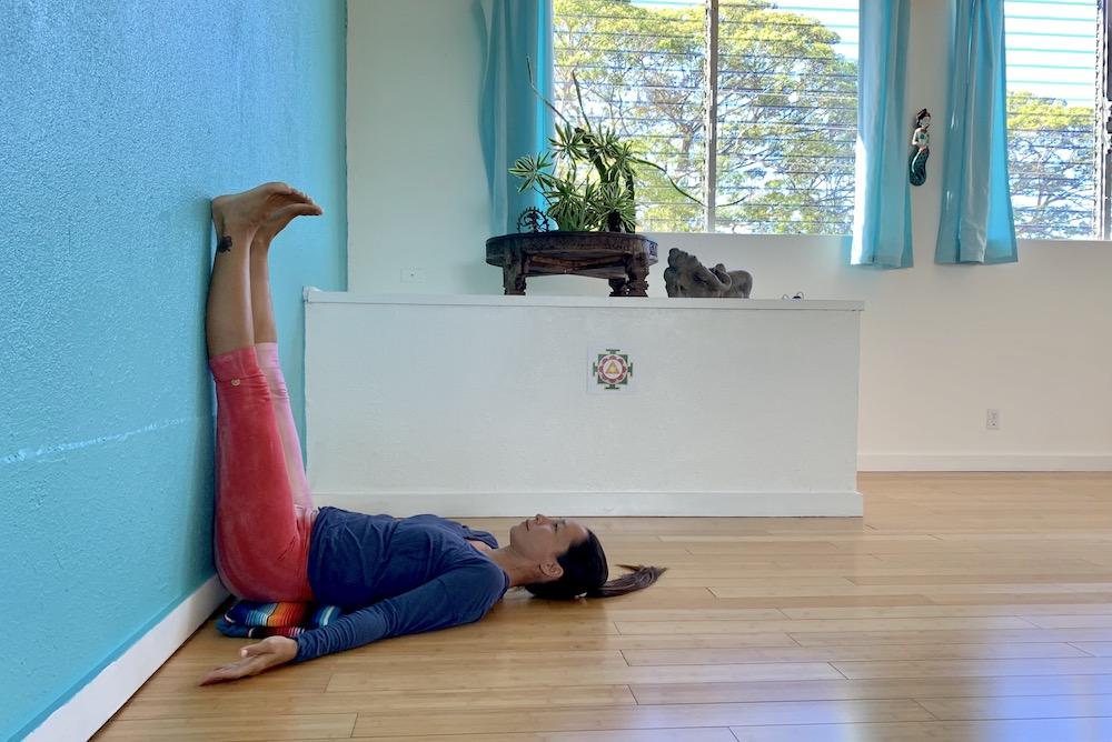 壁に添わして両脚を上げる