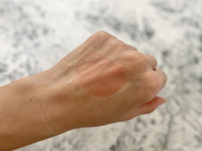 ナノアクア ブライトアップセラムを手の甲にのせて流した後の画像