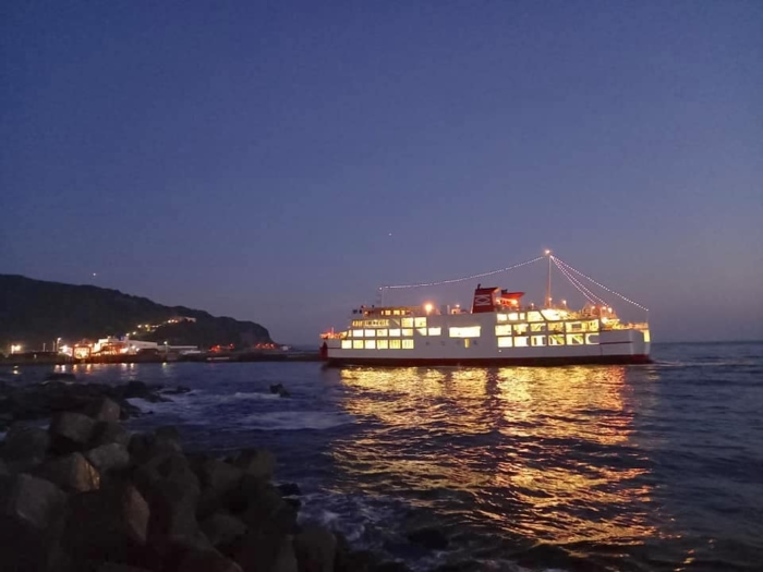 港にたどりついた大きな船