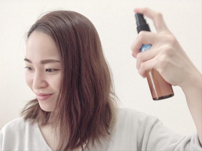 ザ・プロダクト ドライシャンプーを髪の毛に吹きかける